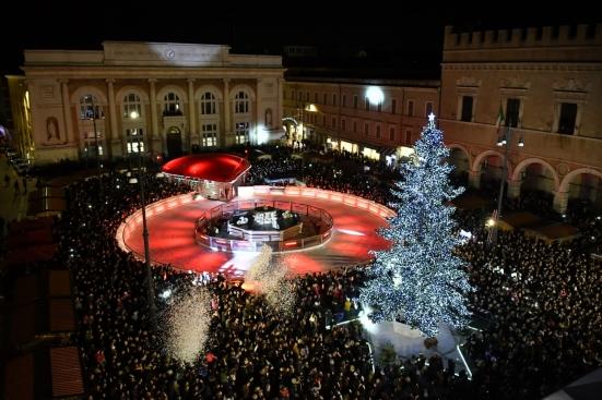 """""""Batte forte il cuore di Pesaro"""", illuminato l'albero nella piazza del Natale"""
