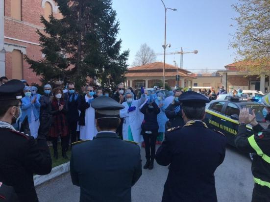 """""""Voi in corsia, noi in strada"""", il saluto delle Forze dell'Ordine agli operatori sanitari dell'ospedale di Fano"""