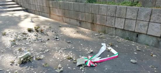 """Atto vandalico al monumento della Resistenza a Pesaro, Art. 1: """"Vengano individuati e puniti i colpevoli"""""""