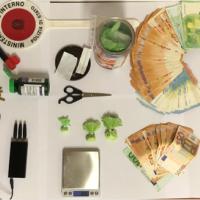 14,5 grammi di cocaina, 10 mila euro in contanti, dispositivi elettronici per eludere eventuali indagini della Polizia: arrestato trentenne in provincia
