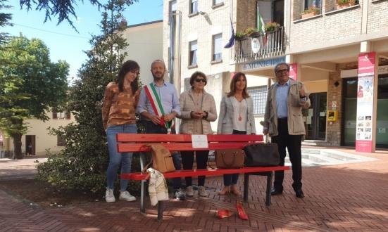 A Carpegna è stata posizionata la Panchina Rossa contro la violenza sulle donne