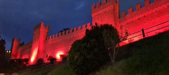 """Con """"Il Natale che non ti aspetti"""" un fascio di luce rossa illumina la provincia di Pesaro e Urbino"""