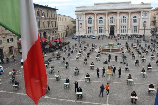 Cinque anni senza Giulio Regeni, flashmob degli studenti questa mattina in piazza del Popolo a Pesaro