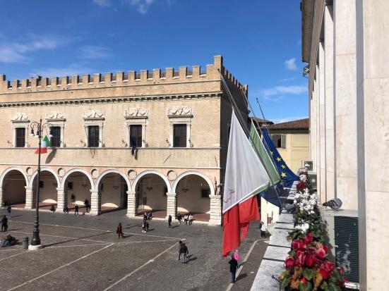 Anche a Pesaro bandiere a mezz'asta e minuto di silenzio in memoria delle vittime del Covid