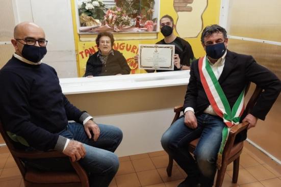 """""""Tanti auguri alla signora Tinti che ha spento 100 candeline"""", visita del sindaco e dell'assessore"""