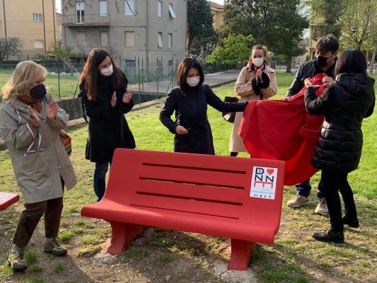 A Villa Ceccolini è stata inaugurata una panchina rossa contro il femminicidio