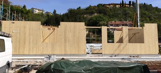 È in fase di montaggio il nuovo municipio in legno di Vallefoglia