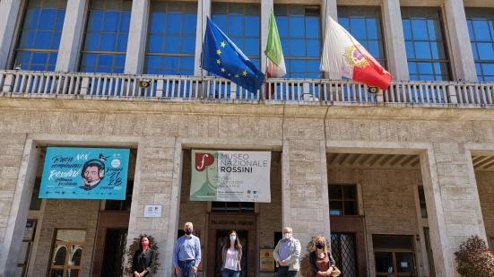 """""""Giorno della Memoria"""" per le vittime del terrorismo, il Comune di Pesaro espone bandiere a mezz'asta"""