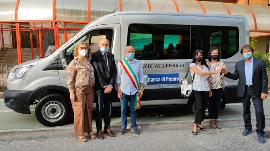 Vallefoglia, un nuovo pulmino all'Associazione Nonno Mino grazie al contributo della Banca di Pesaro