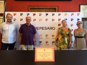 """In vacanza a Pesaro da 50 anni: l'attestato di """"ospiti graditissimi"""" ai belgi Michel e Paulette Demarque"""