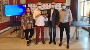 Da 80 anni gestiscono il bar della stazione di Pesaro, il riconoscimento del Comune alla famiglia Pezzolesi